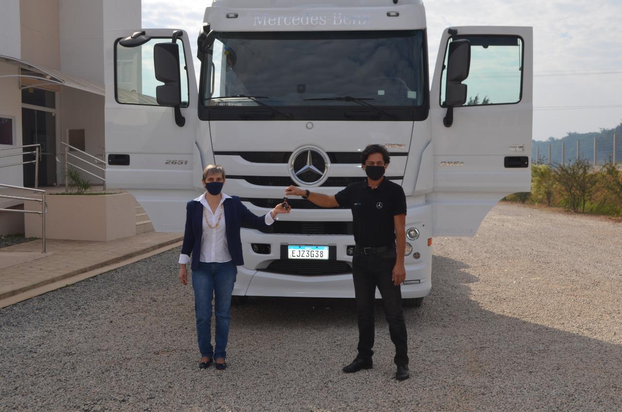 Mercedes-Benz entrega novo caminhão à FABET